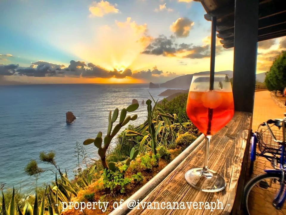 bar operaio e tramonto sul mare