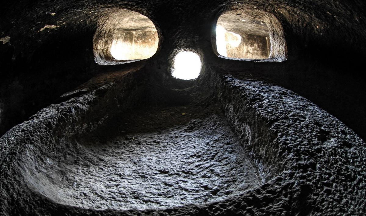 necropoli di Montessu - particolare interno di Domes de Janas